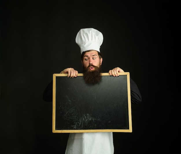 Рекламное меню шеф-повара бородатый шеф-повар держит доску ресторана, шоу шеф-повара, пустая доска
