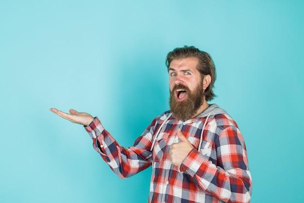 손가락으로 손가락을 가리키는 광고 남자는 여기를 살펴보고 판매 및 할인 시즌 판매를 추가합니다.