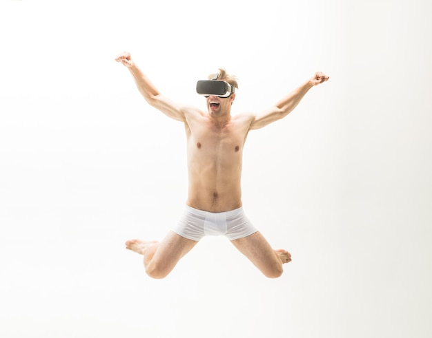 광고하는. 남성 속옷. 가상 현실 헤드셋에서 벌거 벗은 남자. vr 헤드셋. 360. 미래. 미래 기술. 판매 및 할인. 공간을 복사합니다. 점프맨.