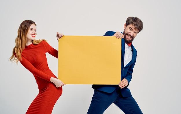 Рекламный макет плакат мужчина и женщина свет.