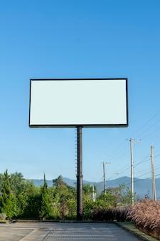 白い背景の広告パネル。垂直方向。ビルボード