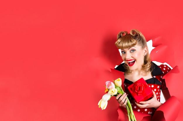 Рекламная фотография кинозвезды ad copy space pin up девушка с цветами улыбается ретро женщина держит цветы насквозь