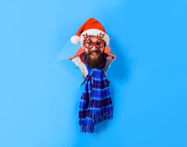 紙の穴からサンタの男を宣伝する割引クリスマスセール明けましておめでとうございますコピースペース
