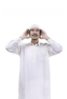 Adzanをしている若いイスラム教徒の男性