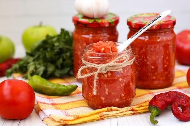 トマトと白の瓶にリンゴの自家製adzhika
