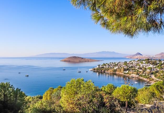 Эгейское побережье с чудесной голубой водой, богатой природой, островами, горами и небольшими белыми домиками