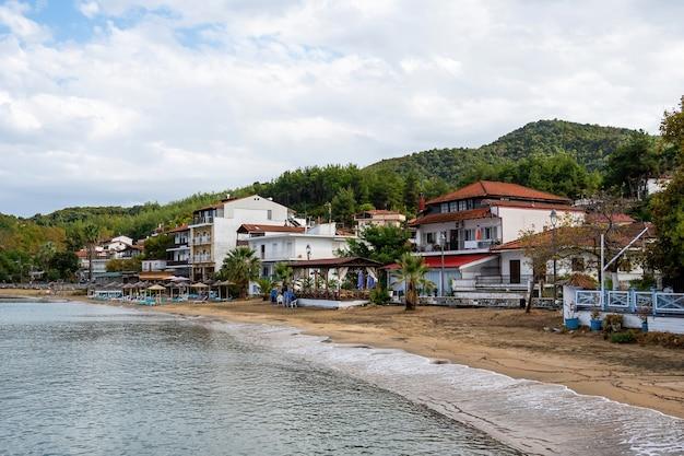 Costa del mar egeo, ombrelloni e lettini in spiaggia