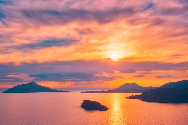 Эгейское море с видом на острова на закате