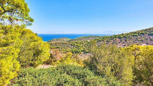 ギリシャのアイギナ島。海岸、風景のパノラマの美しい景色