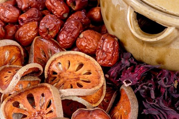 Aegle marmelos, 대추 및 로젤 배경.