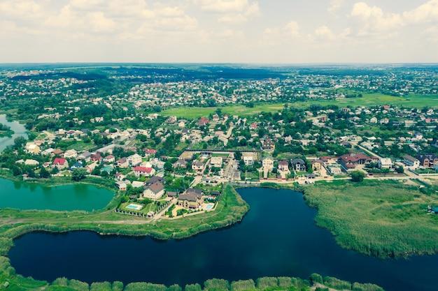 高いところから湖のある空撮村