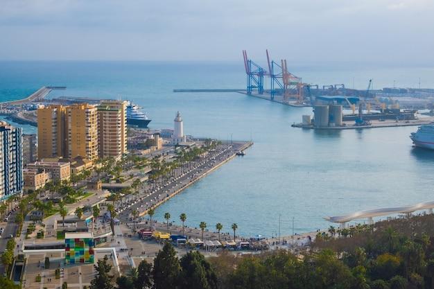Аэрофотоснимок и панорамный вид на город и порт малага в испании.