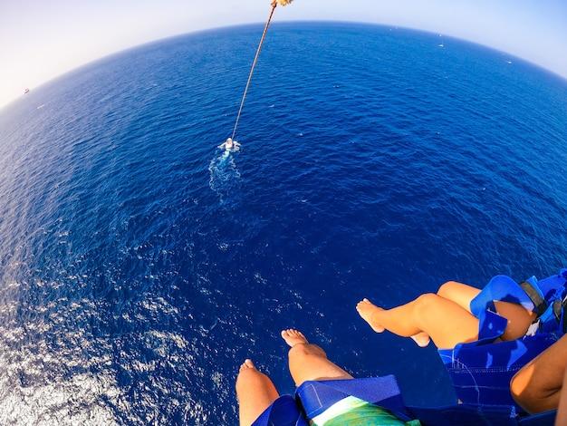Вид с воздуха и очень высокий вид на море или океан с солнцем в солнечный день на пляже