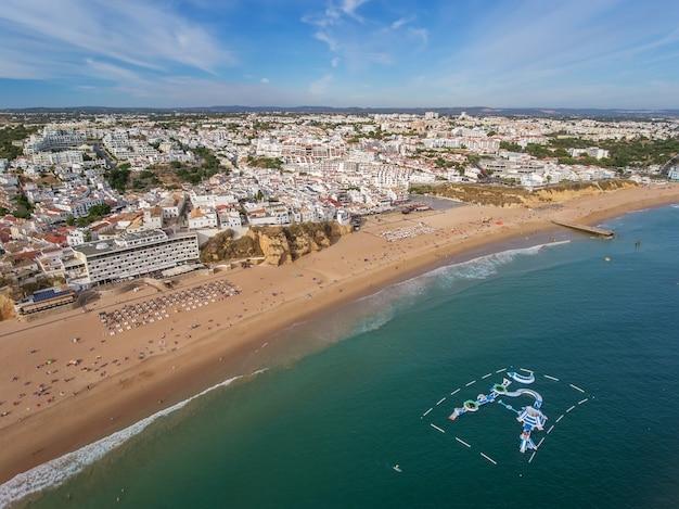 Aerial. пляж в албуфейре, водные аттракционы летом.