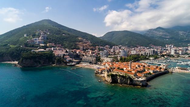 Красивый панорамный вид с воздуха на старый город в будве. черногория.