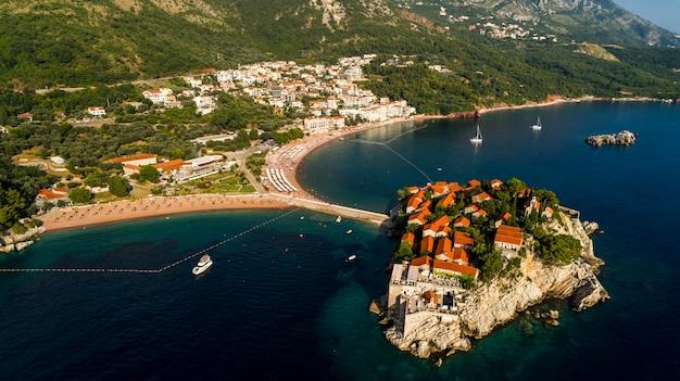 Красивый панорамный вид с воздуха на остров свети-стефан в будве, черногория.