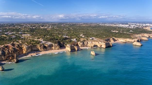 空中。美しいポルトガルのビーチマリーニャ、アルブフェイラの空からの眺め。