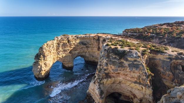 공중선. 아름다운 포르투갈 해변 marinha, albufeira 하늘에서 볼 수 있습니다.