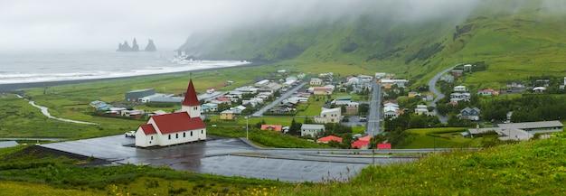 Воздушная прекрасная панорама деревни вик - исландия, летнее время