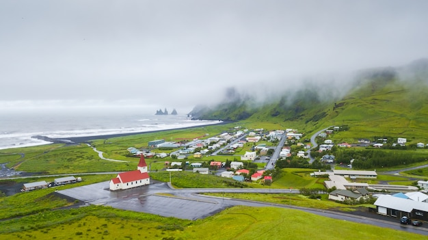 Воздушный вид на деревню вик на юге исландии
