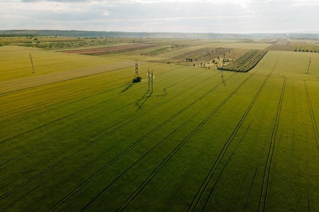 공중 영화 클립 드론 비행 밀밭과 고전압 전기 타워 드론 f ...