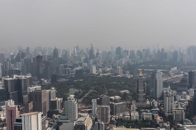 옥상에서 낮에 아름 다운 방콕의 공중 도시. 태국에서 가장 큰 도시의 파노라마 스카이 라인. 대도시의 개념.