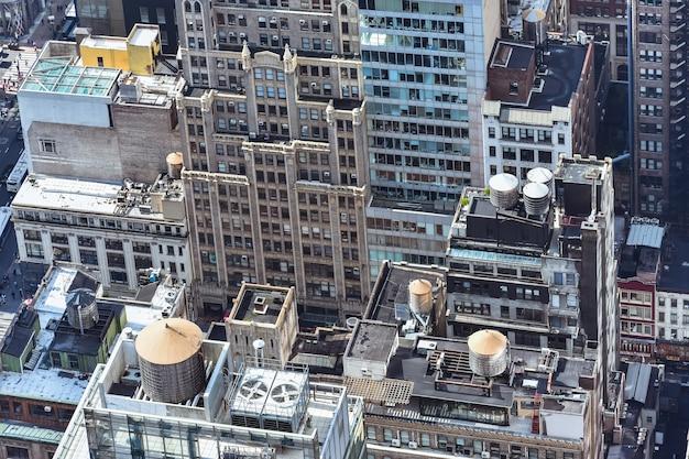晴れた日にニューヨーク市の混雑した建物の空中クローズアップビュー。建設コンセプト、混雑した都市、アパートの賃貸。ニューヨーク、アメリカ。