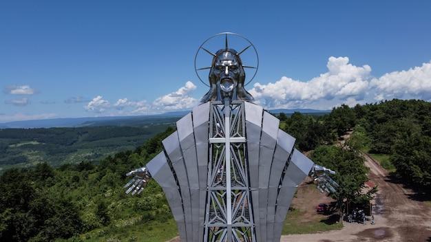 ハルギタ、ルーマニアのイエスの像の空中クローズアップ