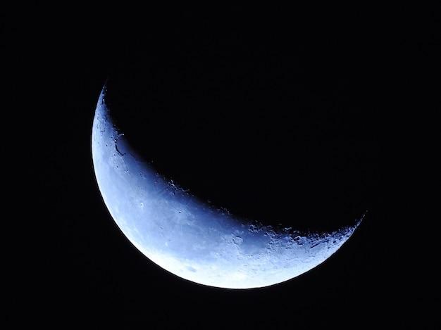 밤에 아름다운 달의 공중 근접 촬영 샷