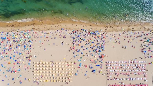공중선. 해변과 관광객의 하늘에서 개념적보기.