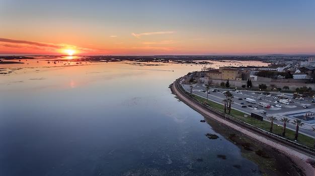 Антенна. восхитительный восход солнца над старым городом фару португалии.