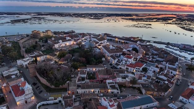 空中。ポルトガルのファロの旧市街の上の楽しい日の出。