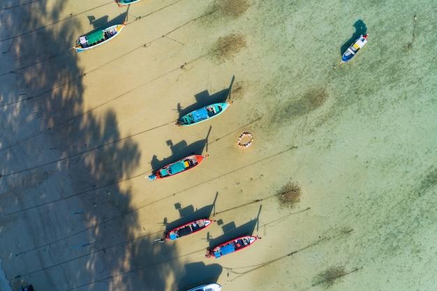 공중 무인 항공기 조감도 사진 푸켓 태국에서 긴 꼬리 낚시 보트와 함께 열 대 바다의 탑 다운.