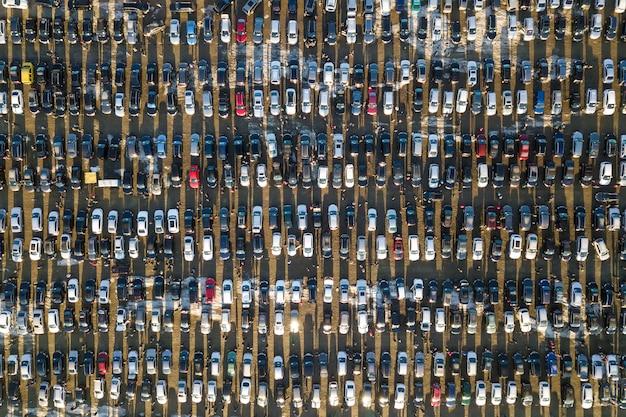 Воздушное изображение трутня много автомобилей припарковало на месте для стоянки, взгляд сверху.
