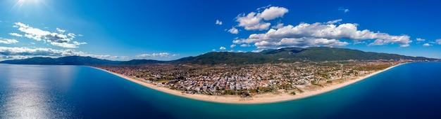 ギリシャ、ハルキディキのアスプロバルタ市と青い海の空中ドローンパノラマ