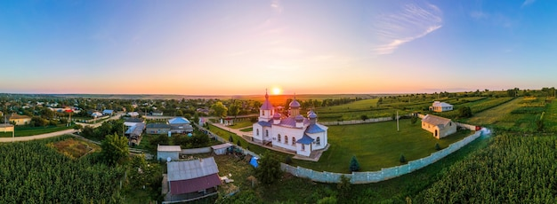 Панорама с воздуха беспилотник церкви на закате. деревня в молдове