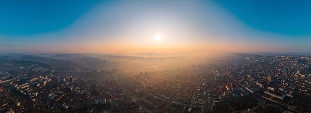 日の出時のモルドバ、キシナウの空中ドローンパノラマビュー。