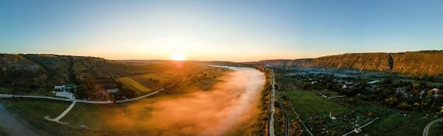 川と霧の村のあるサンセットバレーのオールドオルヘイの空中ドローンパノラマビュー