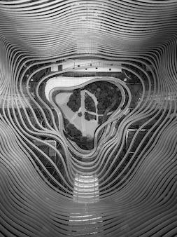 湾曲した鋼の形の真ん中にある庭の空中ドローン写真