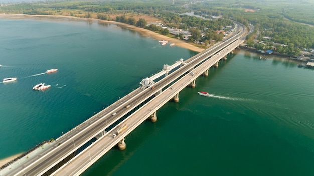 Воздушный беспилотный снимок моста сарасин пхукет таиланд изображение транспорта фон мост сарасин соединяет провинцию пханг нга с пхукетом.