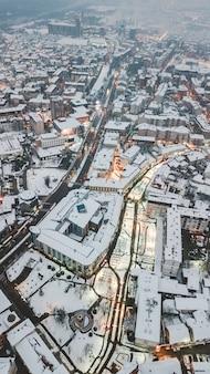 겨울 동안 낮에 아름다운 도시 건축의 공중 무인 항공기 총