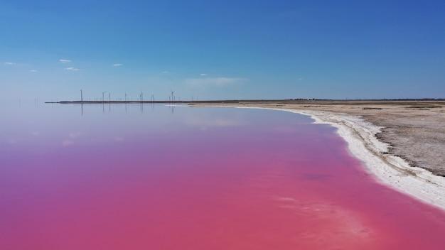 Фото природного розового озера сверху вниз с дронов
