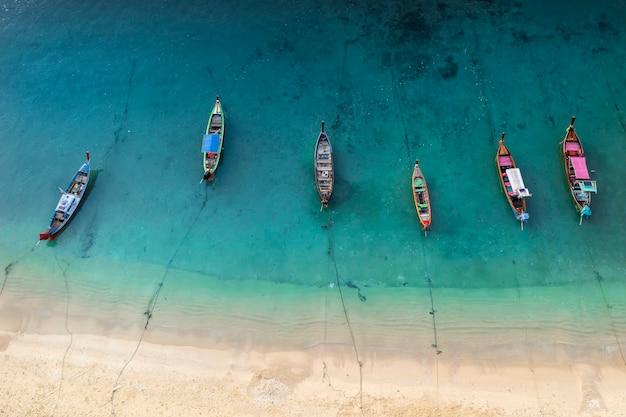 干潮時の海岸の漁船の空中ドローントップダウンビュー
