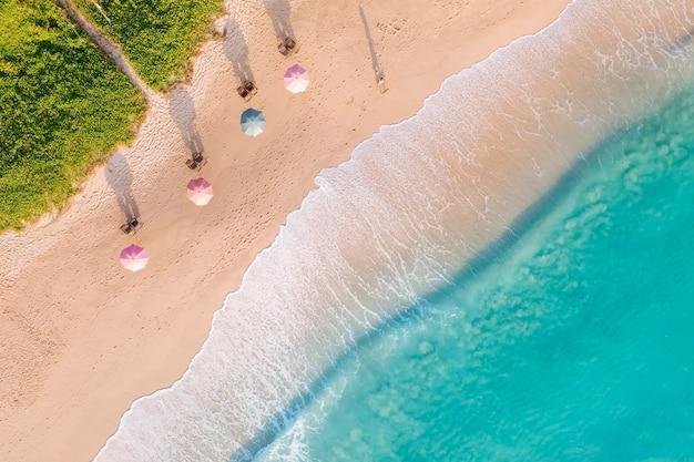 Воздушный беспилотный вид сверху толпа счастливых людей расслабляется на тропическом пляже с закатом в пхукете, таиланд. красивый пляж пхукета - известное туристическое направление на андаманском море. праздничная летняя концепция