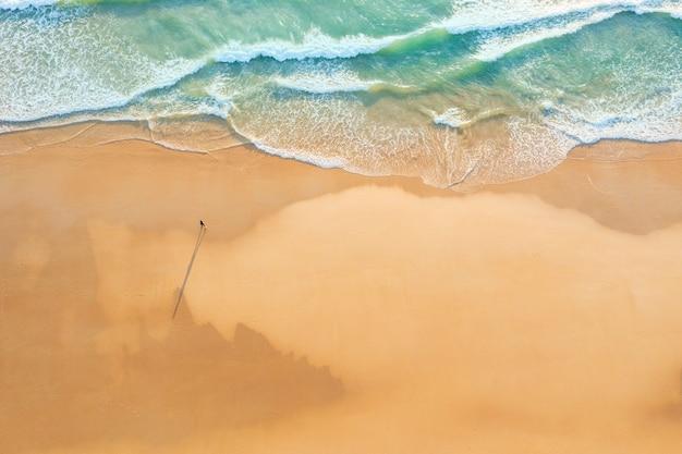 태국 푸켓의 일몰과 함께 열대 해변에서 행복한 사람들의 공중 드론 탑 뷰 군중은 안다만 해의 유명한 관광지입니다. 휴일 여름 개념