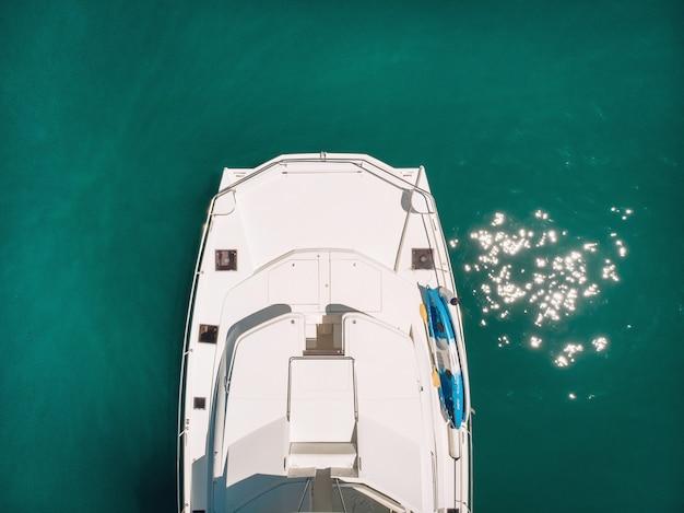 Фотография большой яхты, вид сверху с дронов - лодка с вертолетом, тропический экзотический рай с бирюзовым прозрачным морем