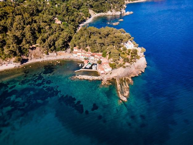 프랑스 툴롱 근처의 아름다운 바위 곶에서 공중 드론 보기. 해안에 있는 작은 마을.