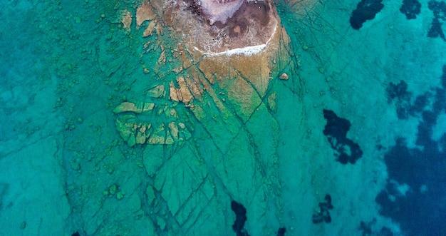 공중 드론 보기 푸른 바다 사진 바위 해안선 지중해 수정처럼 맑은 푸른 바닷물