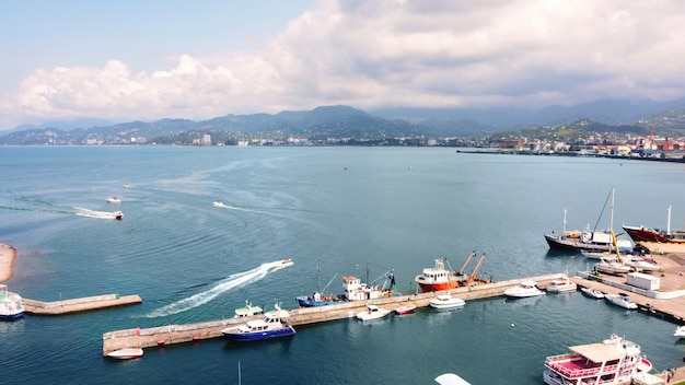 Vista aerea dei droni della costa a batumi georgia, sul porto del mar nero, sulle montagne delle barche