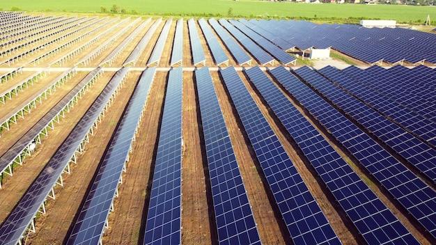 태양광 발전소 패널 위의 공중 드론 보기 비행. 태양광 발전소의 공중 평면도. 녹색 에너지, 전기 혁신. 재생 에너지. 태양광 발전을 생산하는 산업용 태양 에너지 농장.
